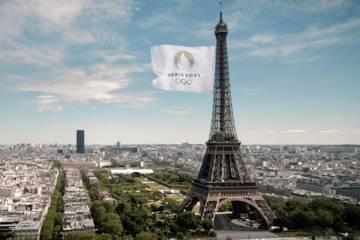 Passage du relais du drapeau olympique. Vue de Paris avec la Tour Eiffel et le drapeau olympique